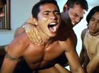 Double sodomie gay : jeune mec baisé en partouze gay par des latinos TTBM