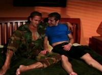 Duo d'acteur porno gay dans un film militaire homo