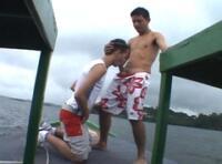 Extrait vidéo gay gratuit : trois  jeunes mecs baisent exhib sur un bateau !