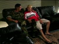 2 jeunes militaires gays baisent à la caserne