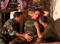Chaude partouze entre militaires gays !